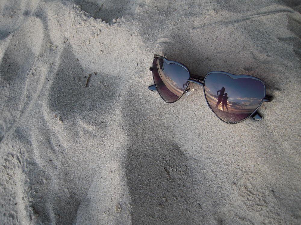 Фото девушек лежащих на песке