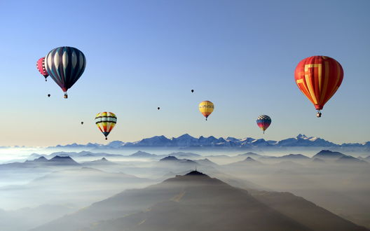 Обои Красивые воздушные шары поднялись выше пиков гор и парят над облаками