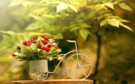 Обои Фигурка в виде велосипеда с корзинкой, где находится букет с розами, стоит на пне
