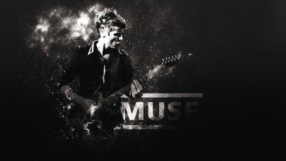 Обои Солист группы Muse Мэттью Беллами / Matthew Bellamy играет на гитаре на фоне надписи MUSE