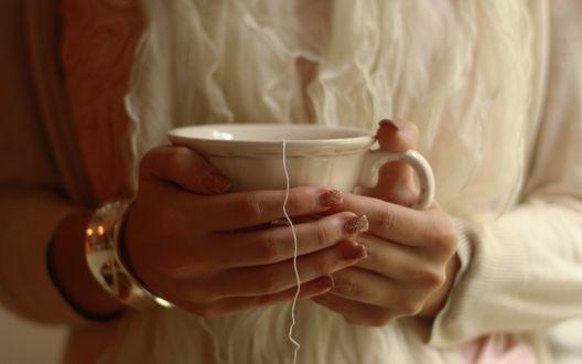Обои Девушка с маникюром и браслетом на руке держит в руках чашку