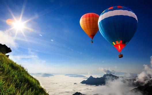 Обои Воздушные шары в голубом солнечном небе летят выше облаков
