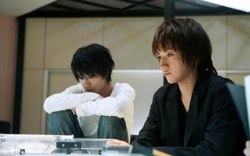 Обои Лайт и L из фильма Death Note / Тетрадь смерти сидят у стола ...