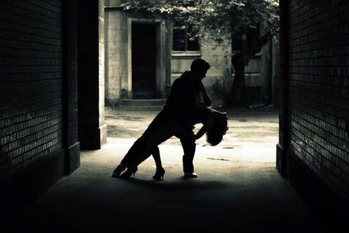 Обои Мужчина с девушкой танцуют в подворотне