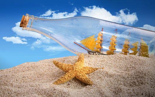 Обои Морская звезда лежит на песке, на заднем плане корабль в бутылке