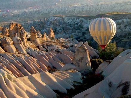Обои Воздушный шар над горами с заснеженными пиками вершин