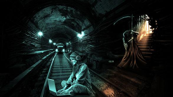 Обои Девушка в наушниках и с ноутбуком сидит на рельсах в тоннеле метро, на нее мчится поезд, за ее спиной стоит смерть с косой