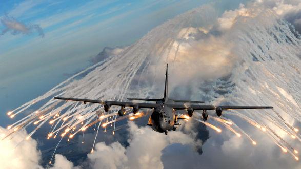 Обои Полет самолета Lockheed AC-130, выускающего ложные цели, вспышки