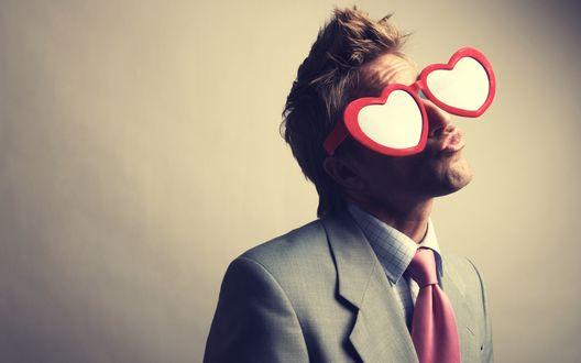 Обои Мужчина в больших очках в форме сердечек