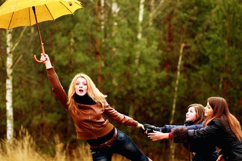 Обои Девушки держат блондинку, с желтым зонтом в руках