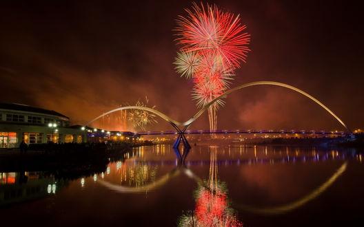 Обои Фейерверк на ночном небе над рекой и мостом Stockton Bridge / Стоктон Бридж, , New South Wales, Australia / Новый Южный Уэльс, Австралия