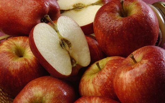 Обои Спелые красные яблоки в капельках воды