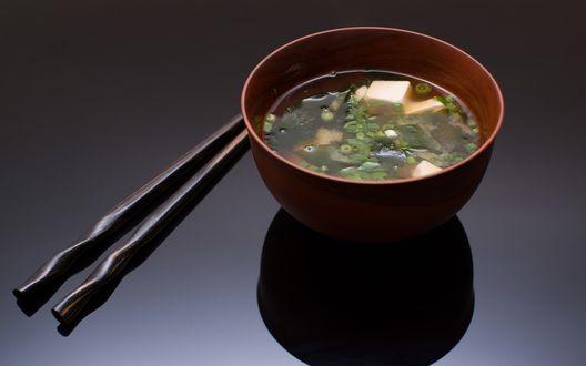 Обои Две палочки и суп мисо — японское национальное блюдо из водорослей вакамэ