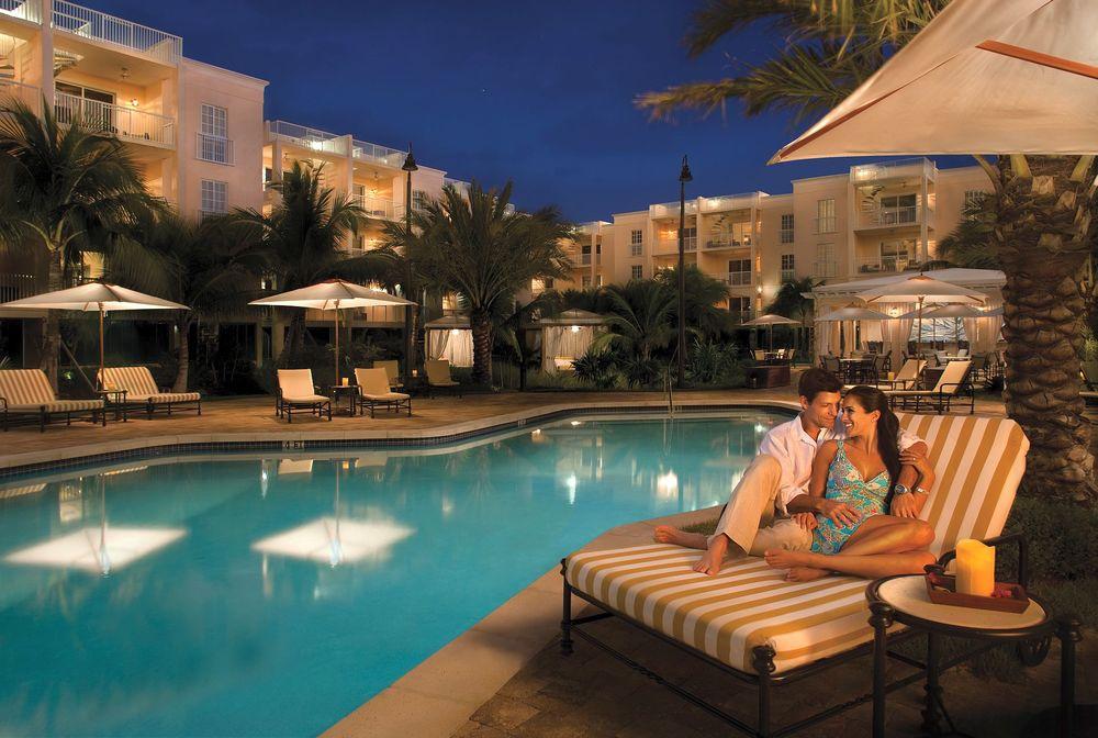 Обои для рабочего стола Влюбленная пара вечером отдыхает у бассейна, Key West Marriott Beachside Hotel, Key West, Florida, USA / Ки-уэст, Флорида, США