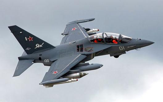 Обои В небе учебно-боевой самолет Як-130 с подвешенными ракетами класса 'Воздух-воздух'