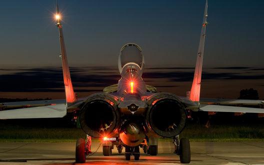 Обои Многоцелевой истребитель Российских ВВС Миг-29 транспортируют тягачом на стоянку после выполнения ночных полетов