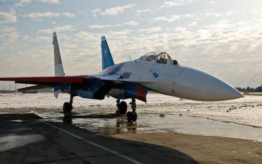 Обои Истребитель Российских ВВС Миг-27 из подразделения 'Русский Витязь' стоит на заснеженной стоянке аэродрома