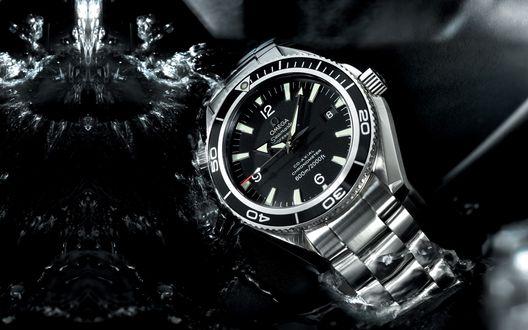 Обои Черные часы Omega, Seamaster / Омега, Сеамастер лежат в воде на черном фоне