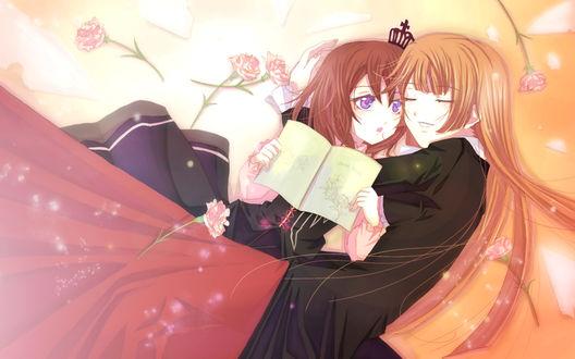 Обои Мария Уширомия / Maria Ushiromia и Роза Уширомия / Rose Ushiromia из аниме 'Когда плачут чайки' / 'Umineko no Naku Koro ni' обнимаются, возле них лежат розы, Мария держит книгу