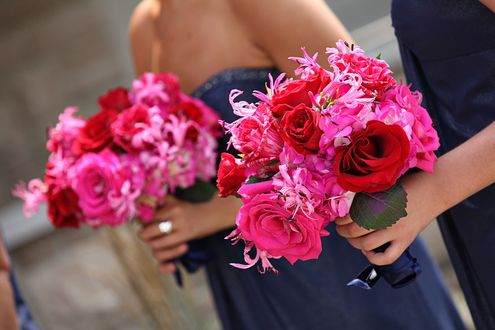 Обои Девушки держат букеты из красных, розовых роз и розовых гортензий
