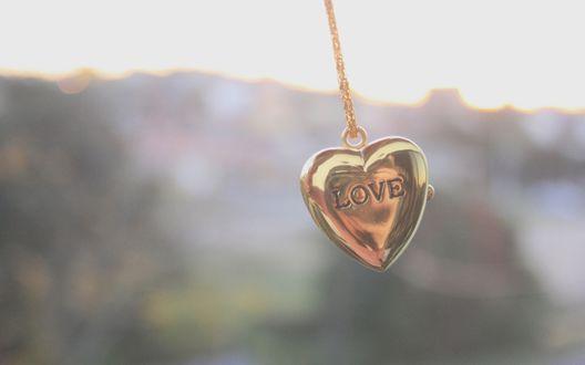 Обои Подвеска в форме сердечка с надписью Любовь /LOVE на фоне неба и гор