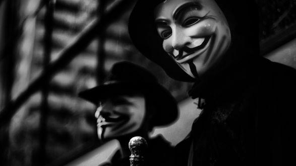 Обои Два человека в маске Гая Фокса / Guy Fawkes mask, также известна как Маска Анонимуса, Маска Vendetta или просто Маска V