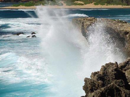 Обои Бьющие морские волны о скалы