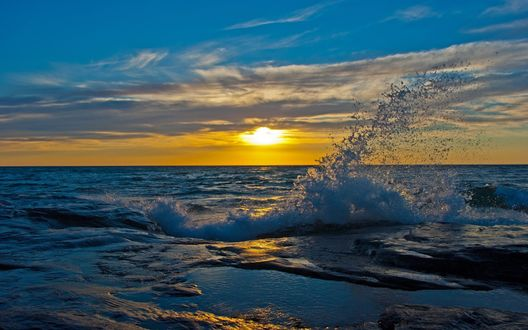Обои Морские волны, освещенные заходящим солнцем