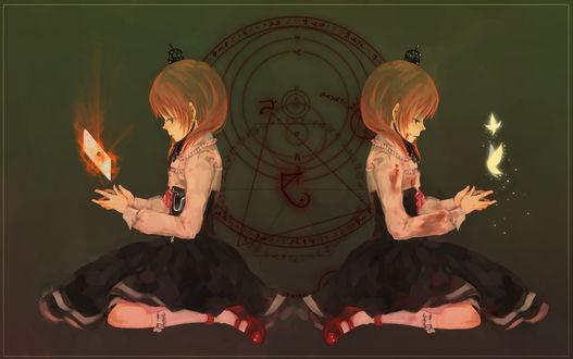 Обои Мария Уширомия / Maria Ushiromia из аниме 'Когда плачут чайки' / 'Umineko no Naku Koro ni', держащая горящее письмо, и ее второе 'я' в крови, пускающее бабочек, на фоне печати