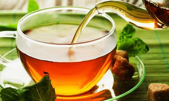 Обои Из чайника наливается в чашку чай