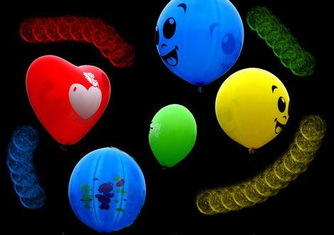 Обои Цветные воздушные шарики разной формы и разноцветные пружины на черном фоне