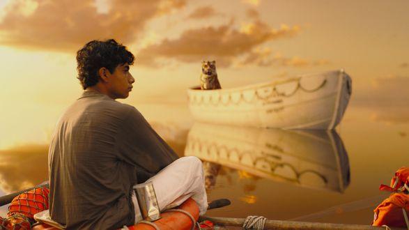 Обои Аюш Тандон /  Ayush Tandon сидит на плоту на него из лодки смотрит тигр из кинофильма ''Жизнь Пи'' / ''Life of Pi''