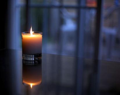 Обои Свеча в стакане в сумерках