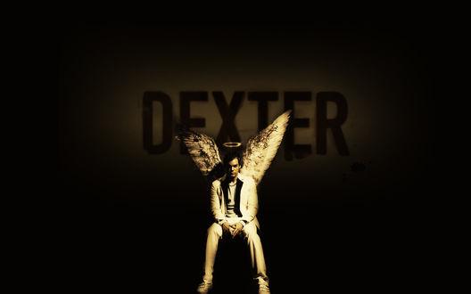 Обои Майкл С. Холл / Michael C. Hall в роли Декстера с крыльями и нимбом над головой (телесериал Правосудие Декстера / Dexter)