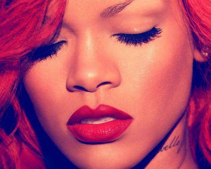 Обои Портрет певицы Rihanna / Рианна с закрытыми глазами