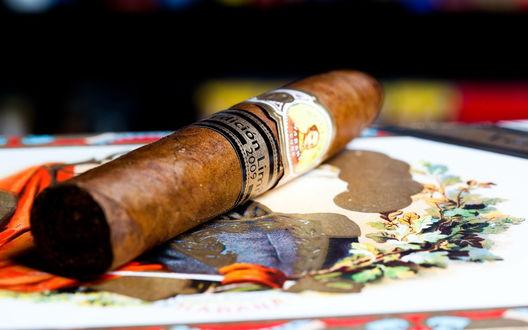 Обои Кубинская сигара Лимитада 2009 / Limitadas 2009 лежит на цветной тарелке