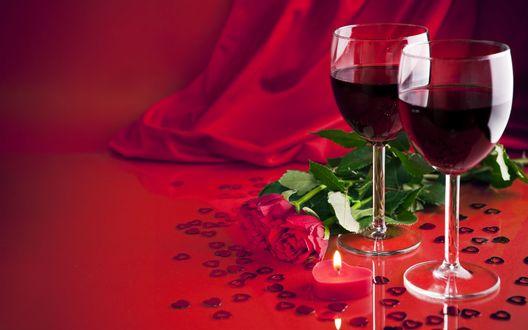 Обои Два бокала красного вина, красные розы и сердечки