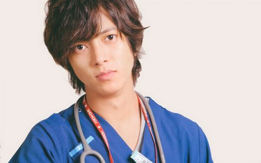 Обои Певец и актер Yamashita Tomohisa / Ямасита Томохиса в костюме доктора из японского сериала Code Blue
