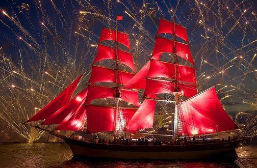 Обои Корабль с алыми парусами плывет ночью под фейерверком по Неве в Санкт-Петербурге