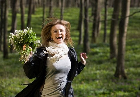 Обои Счастливая радостная девушка, бегущая по лесу с букетом весенних подснежников