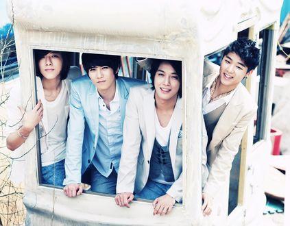 Обои Участники группы C. N. Blue стоят в белом домике, Южная Корея
