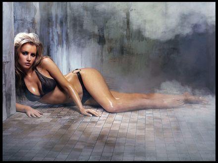 Обои Актриса Tiffany Mulheron / Тиффани Мулрон лежит в черном купальнике в туманности
