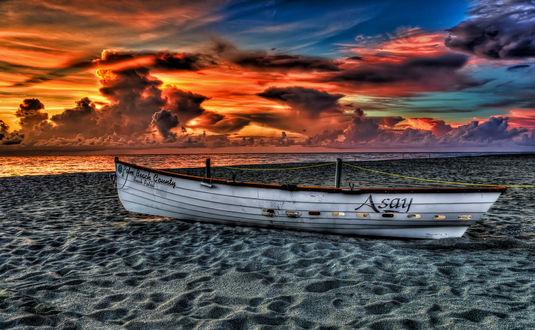 Обои Белая лодка лежит на песке рядом с берегом моря на фоне красно-фиолетового заката (Palm beach county, Asay)