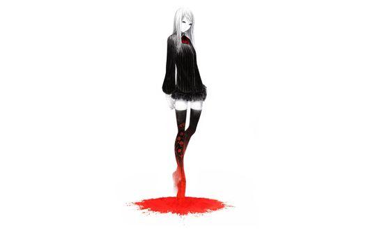Обои Девушка с пепельными волосами и голубыми глазами в черной в белую полоску блузке с длинным рукавом и с красным галстучком, в короткой черной юбке и черных чулках с рисунком красных роз, запачканных красной краской, стоит на носочках на ярком красном пятне