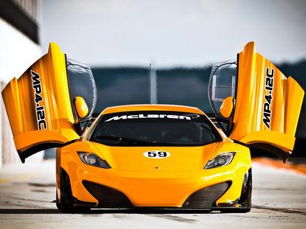 Обои Желтый McLaren / МакЛарен MP4-12C с открытыми дверями