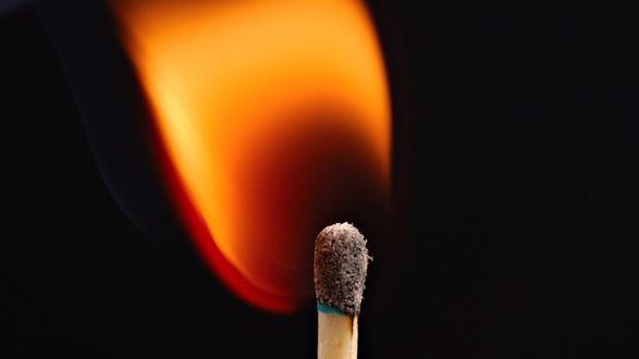 Обои Пламя спички на черном фоне