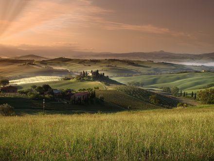 Обои Зеленая долина с домами и полями