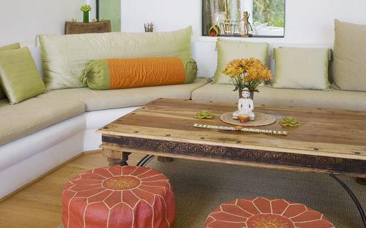 Обои Гостинная с угловым диваном, деревянным журнальным столиком и пуфиками