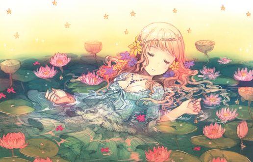 Обои Девочка в платье с крестиком на шее спит в воде в окружении водяных лилий