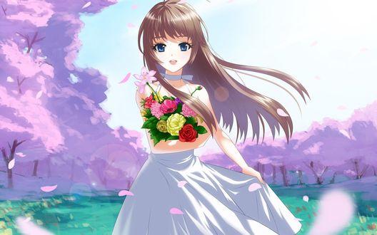 Обои Девушка с синими глазами и развивающимися волосами на ветру стоит в поляне окруженной сакурами и держит букет цветов в руке придерживая другой рукой платье, а по поляне разлетаются лепестки